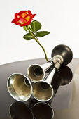 Automobile horn, and a rose. — Stock Photo