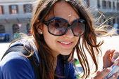 девушка в солнцезащитных очках — Стоковое фото