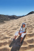 Boy sitting on sand dune in Egypt — Stock Photo
