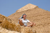 Man tourist by pyramid in Egypt — Photo