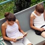 dospívající dívka a chlapec čtení — Stock fotografie
