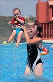 若い女性と娘のスイミング プールで演奏 — ストック写真