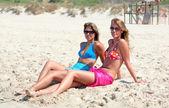 Dwóch młodych atrakcyjnych kobiet chłodzenie w słońcu na wakacje lub vac — Zdjęcie stockowe