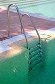 Scalini di chiaro verde piscina — Foto Stock