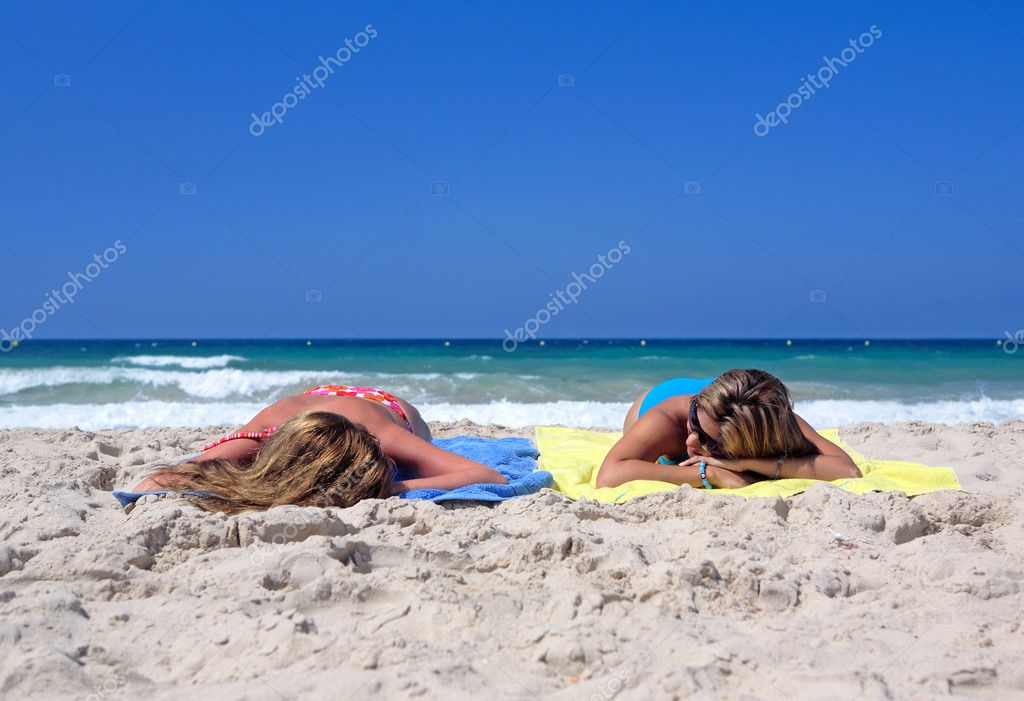 photos of girls laying on the beach № 11756