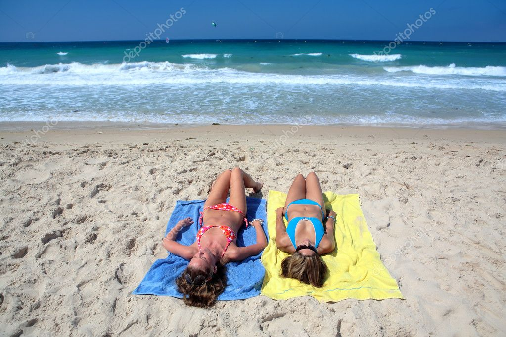 photos of girls laying on the beach № 11814