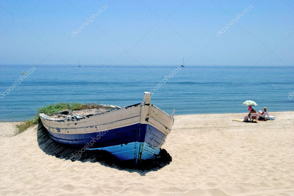 Remando en bote en la playa de arena blanca y tomar el sol for Arena de playa precio