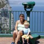 moeder en jonge zoon zitten door telescoop in gibraltar — Stockfoto