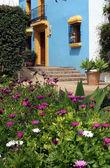 青い壁と黄色いトリムとプエブロでスペインの家 — ストック写真