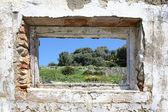 Hiszpańskiej wsi widziałem przez otwór w ścianie ruiny — Zdjęcie stockowe