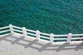 Boulevard en zonnige groene zee — Stockfoto