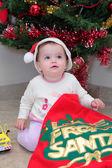 女の子幼児はクリスマス プレゼントを開ける — ストック写真