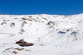 Lyžování na svazích lyžařského střediska prodollano ve španělsku — Stock fotografie