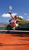 Ragazza salto netto di tennis — Foto Stock