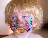 Kleiner Junge in Bemalung behandelt — Stockfoto