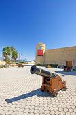 Castillo y cañones en roquetas del mar en la costa del almeria — Foto de Stock