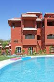 Swimming pool and apartment block on Spanish vacation urbanisati — Stock Photo