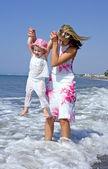 Genç anne ve denizde oynayan kız — Stok fotoğraf