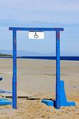 Segno disabili su telaio in acciaio blu — Foto Stock