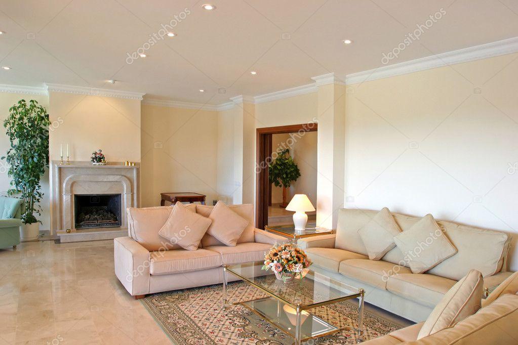 helder luxe interieur woonkamer van moderne villa met prachtige meubels en open haard stockfoto - Villa Moderne Interieur