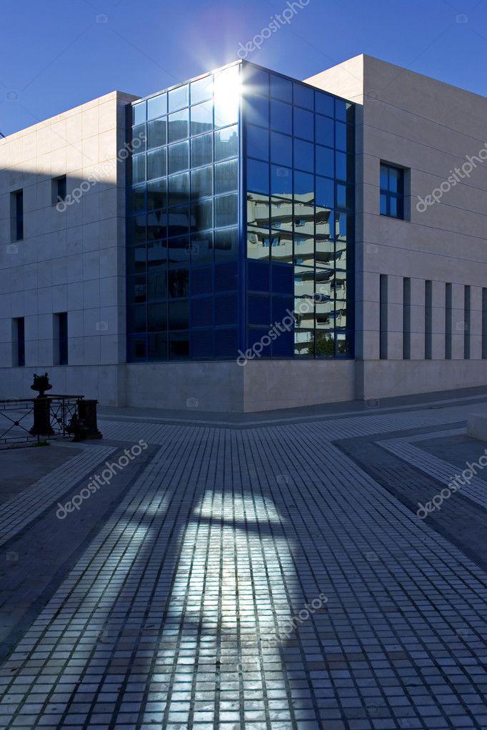 Soleil sur les fenêtres de limmeuble de bureaux moderne