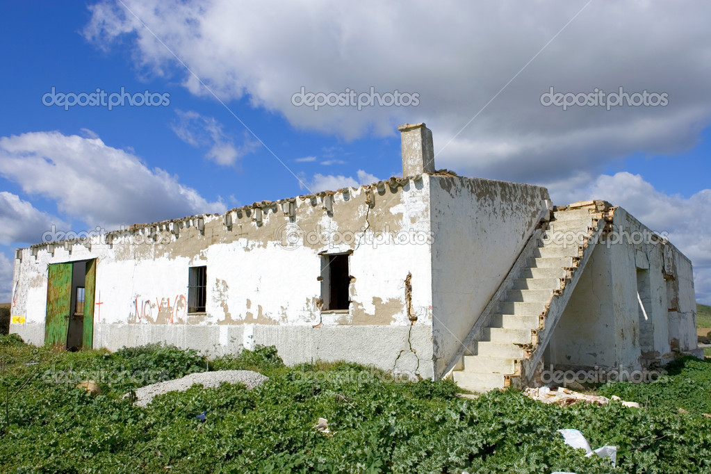 Dilapidated run down old ruin of a Spanish building in the country — Stock Photo #6235827