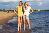Dos chicas en el agua. — Foto de Stock
