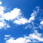 Cielo azzurro con nuvole. vector — Vettoriale Stock