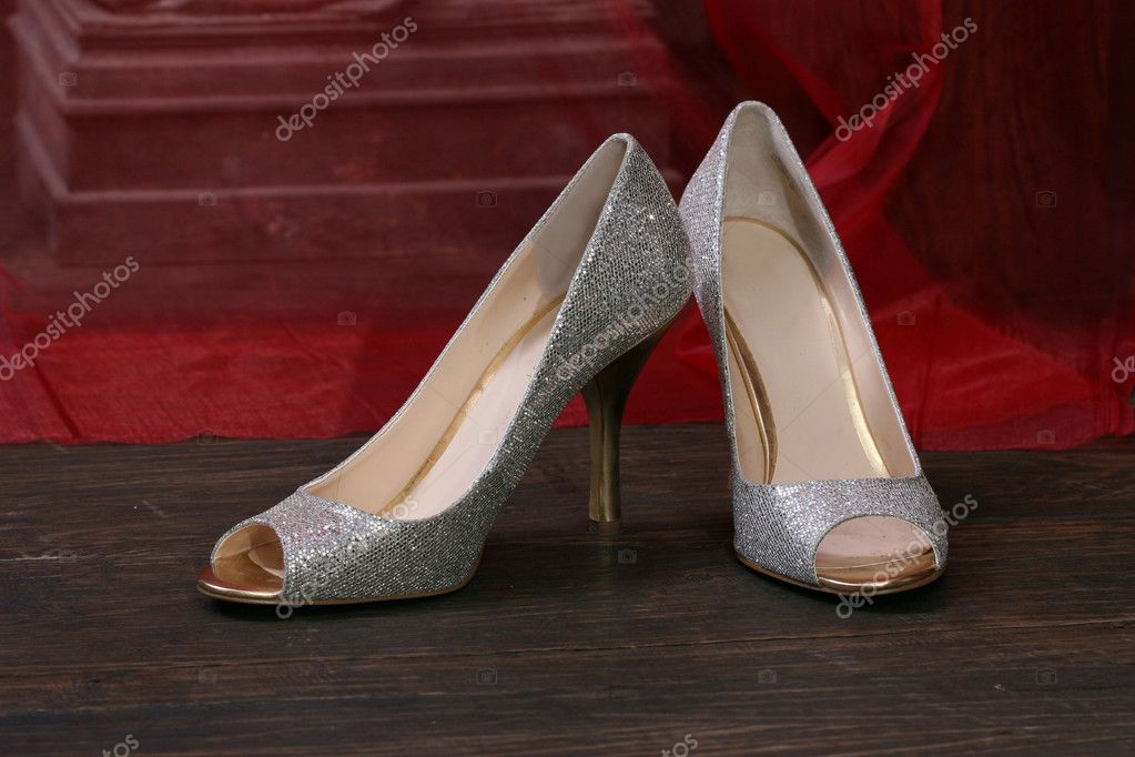 Image of beautiful silver bridal shoes, peacock feather — Stock Photo #6380802