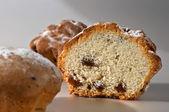 Polovina bat biskupský chlebíček s rozinkami — Stock fotografie