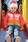 Dziewczynka na boisku gotowa do slajdów — Zdjęcie stockowe