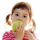 Lilla flickan äta äpple — Stockfoto