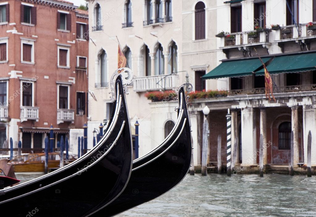 Buildings on the big canal of Venice, and parked gondola boats in Italy — Stock Photo #6392085
