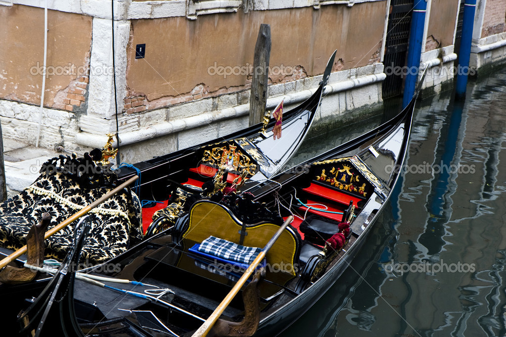 Buildings on the big canal of Venice, and parked gondola boats in Italy — Stock Photo #6635514