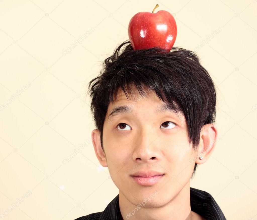 在他头上的苹果的年轻人
