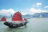 Junk boat with tourists in Hong Kong Victoria Harbour — Stock Photo
