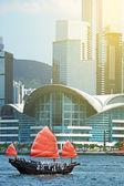 Парусник парусный спорт в гавань Гонконга — Стоковое фото