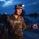 Fisherman at dusk on river — Stock Photo