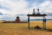 Tempio buddista vicino alla strada in mongolia — Foto Stock