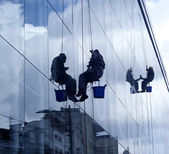 Window washers, hanging on the rope, cleaning — Stock Photo
