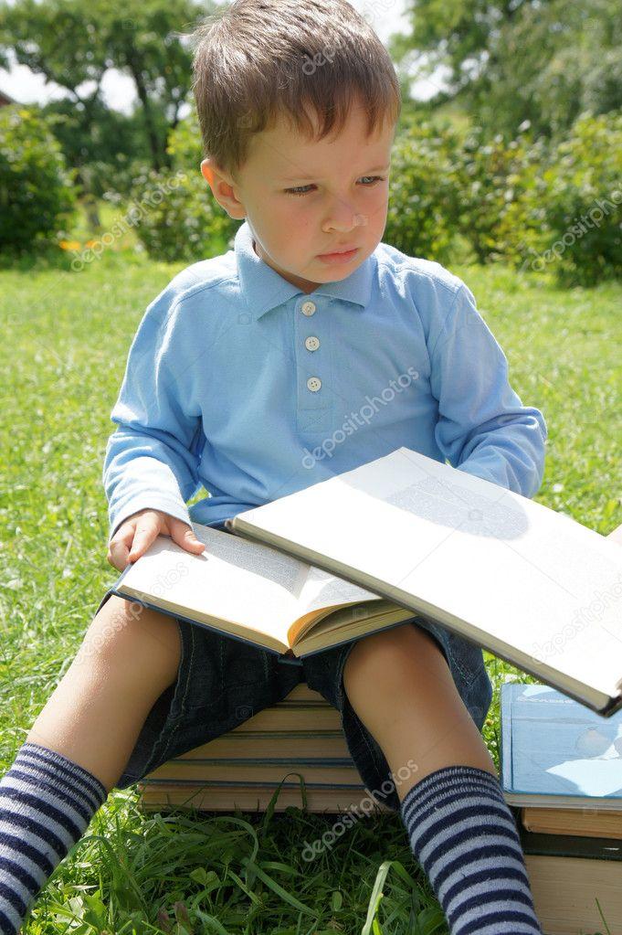 小男孩看书 — 图库照片08poznukhov#6278558