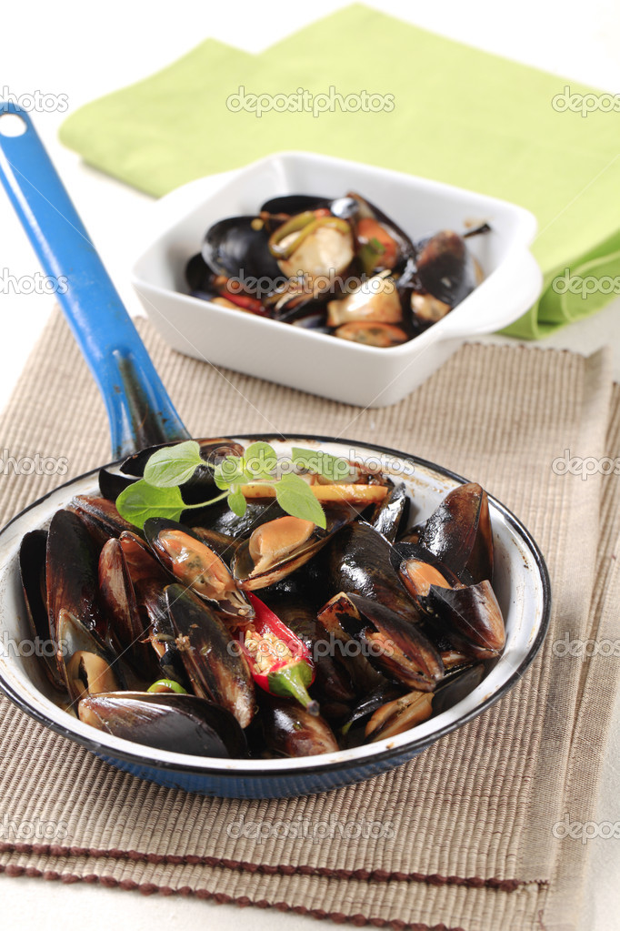 Steamed mussels in a frying pan — Stock Photo #5941477