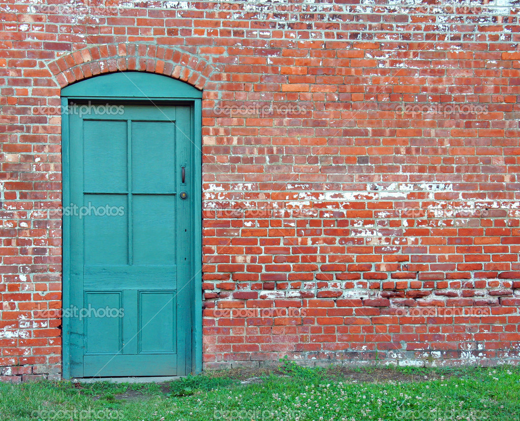Very rustic green door set in an old brick wall. — Lizenzfreies Foto #6125706