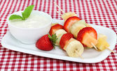 Fresh fruit kabobs and dip — Stock Photo
