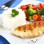 kycklingfilé med grönsaker och ris — Stockfoto