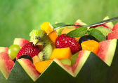 Fruitsalade in meloen kom — Stockfoto
