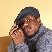 Porträtt av en ung man med en mössa — Stockfoto