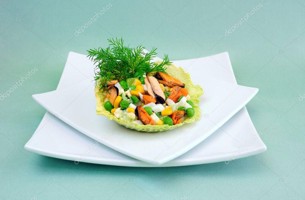 Салат из кукурузы с мидиями