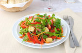 Vegetable salad with grilled cheese — Stock Photo
