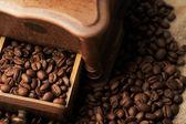 Kahve çekirdekleriローストのコーヒー豆を白で隔離のソーサーとカップ — Stok fotoğraf
